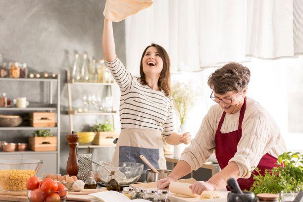 Madre e hija cocinando en casa