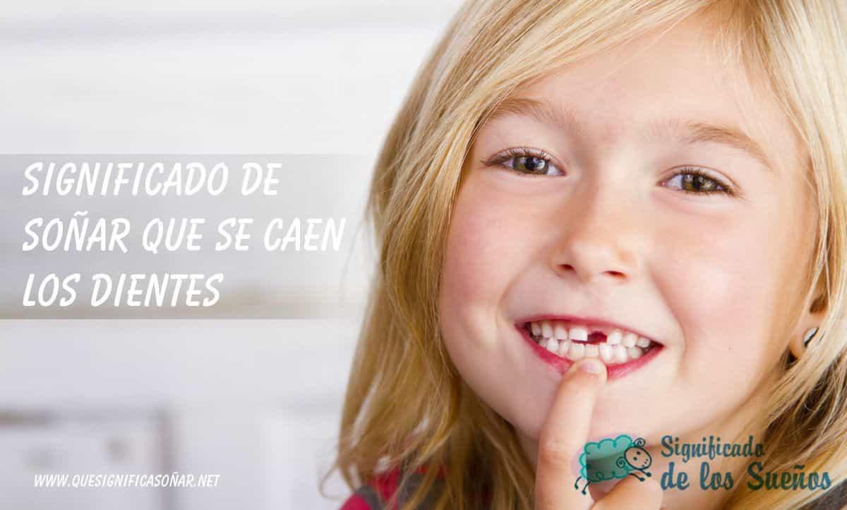 Una niña enseñando un diente que sele ha caído