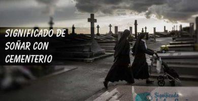 Dos monjas con un carrito paseando por el cementerio