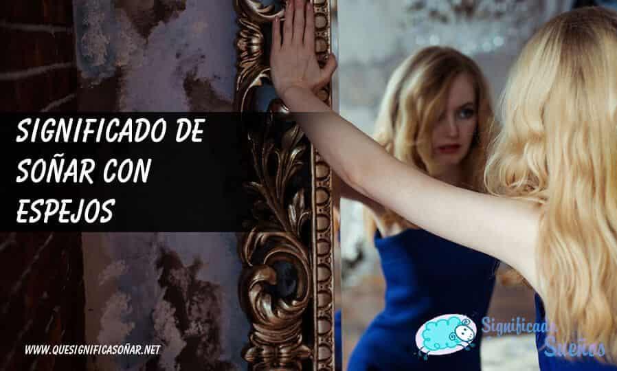 Mujer frente a un espejo