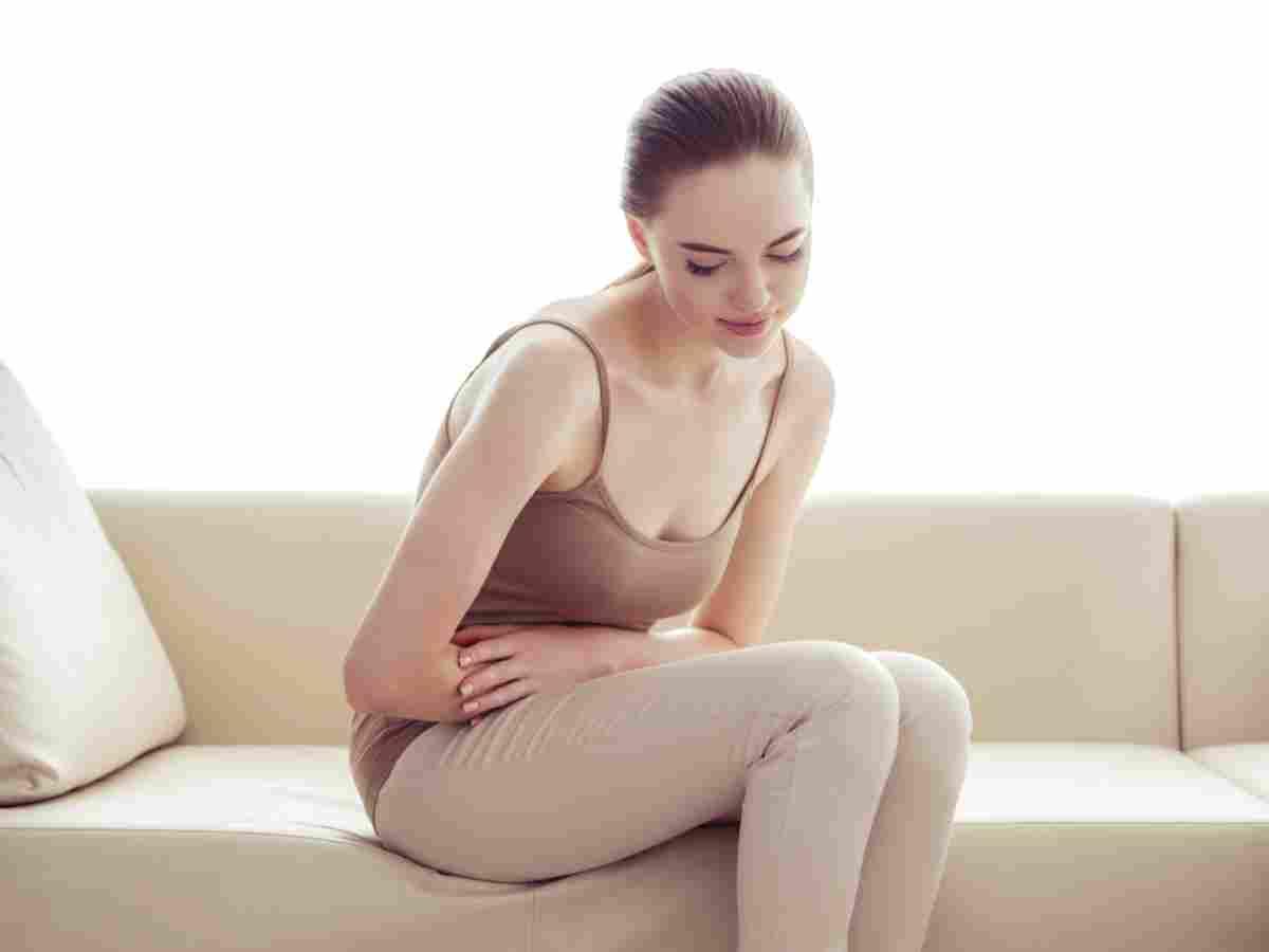 joven mujer con ligeros dolores menstruales